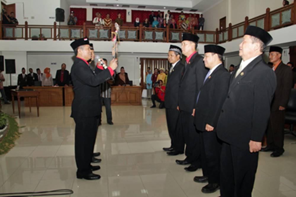 Sukasno Serahkan Prabu Puntodewa Untuk Pimpinan Dewan