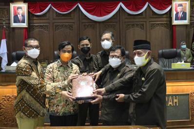 Sah ! DPRD dan Wali Kota Surakarta Setujui Dua Raperda Prioritas